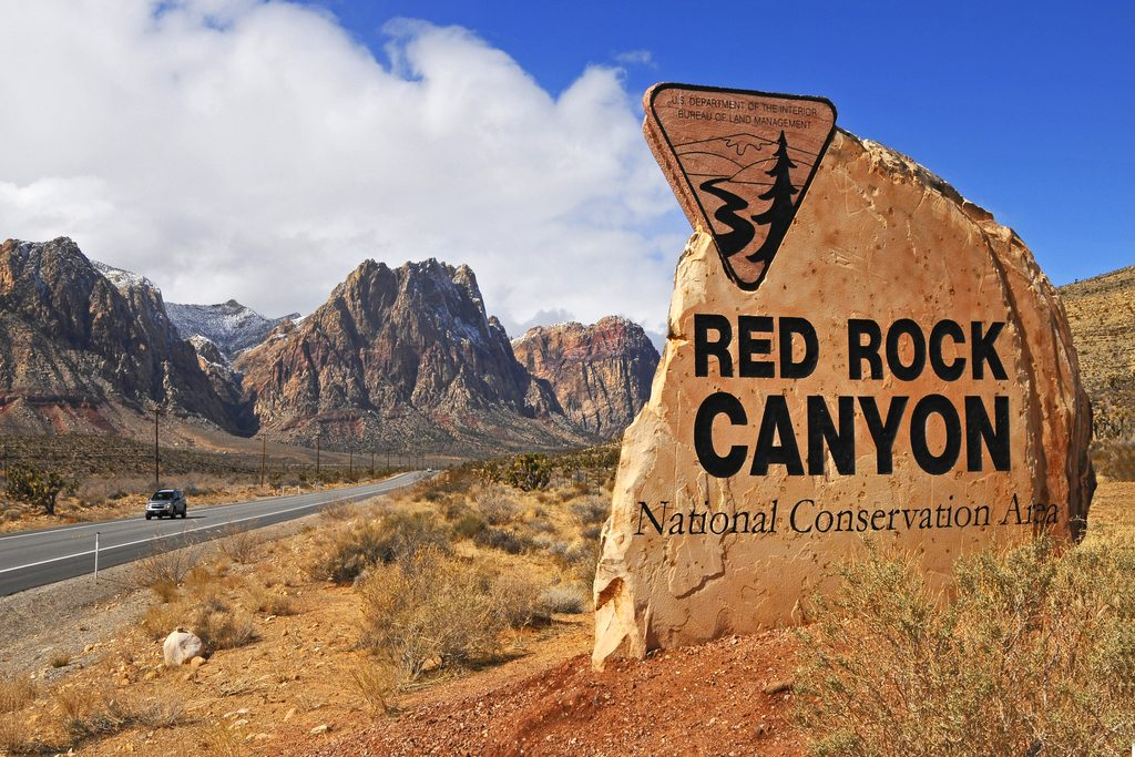 family-hiking-in-red-rock-canyon